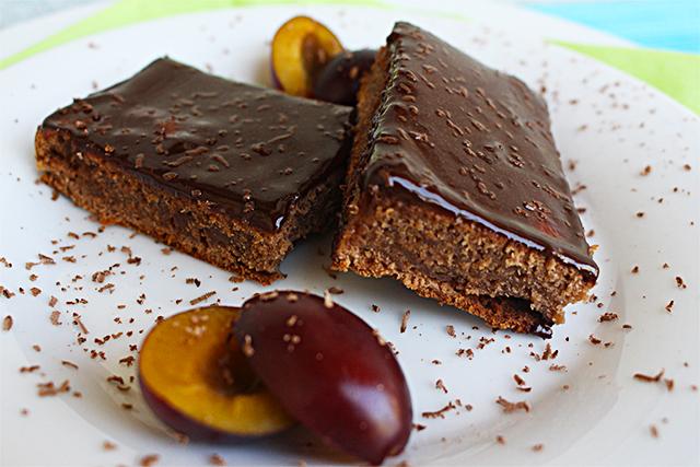 Schokoladiger Zucchinikuchen mit Zwetschken