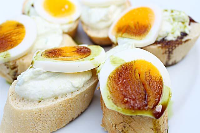 Spargelaufstrich auf Baguette! Mit Ei und steirischem Kürbiskernöl!