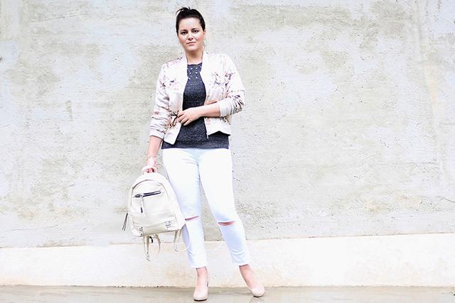 White Denim kombiniert mit Bomberjacke und Heels