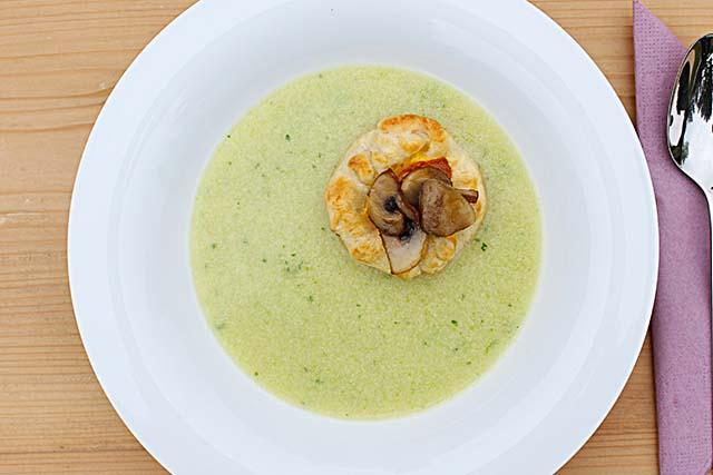 Spargelcremesuppe mit Blätterteiggebäck und gebratenen Champignons