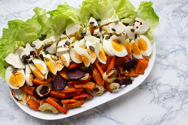 Herbstgemüse mit Mozzarella, Salat und Kürbiskernöl
