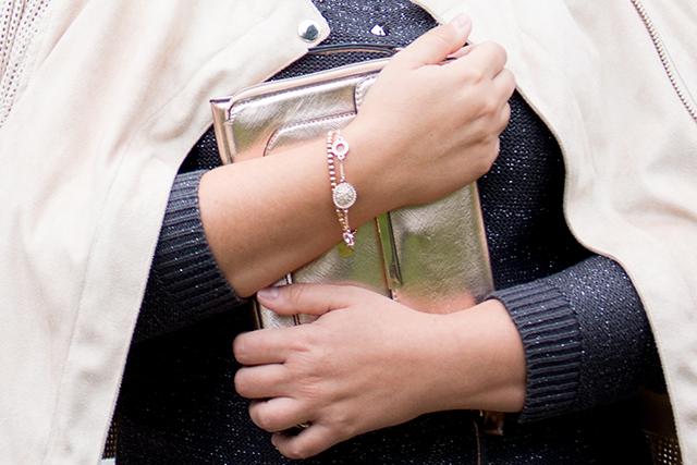 Outfit in schimmerndem Rosé und mit grauem Glitzerpullover