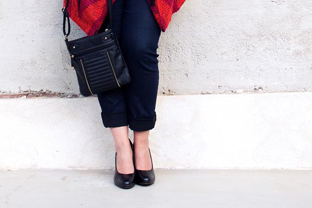 schwarze Pumps und schwarze Tasche