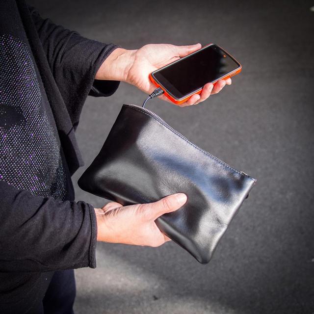 Handtasche mit Ladegerät für Smartphones Radbag
