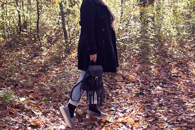 Herbstoutfit mit Espadrilles und Fransenrucksack