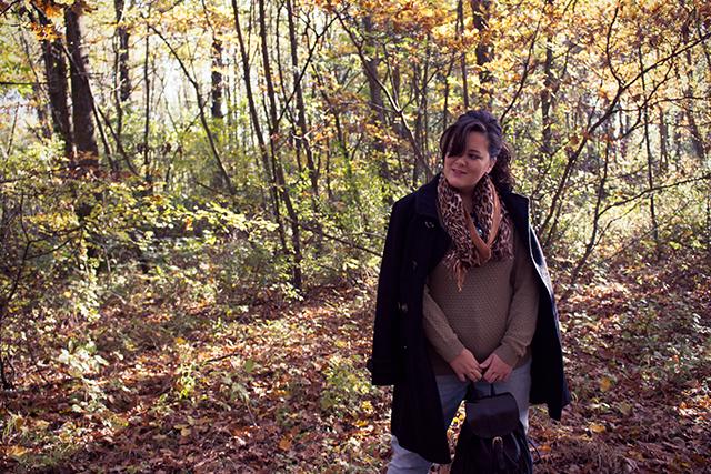 Herbsttrend Strickpullover – Outfit mit Espadrilles, Boyfriend Jeans und Fransenrucksack