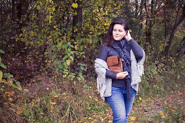 Layering Look aus Strickbekleidung mit Boyfriend Jeans und Herbstboots