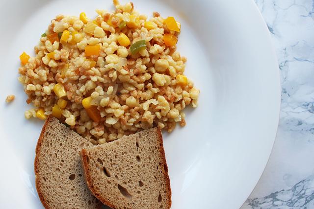 Leckeres Tarhonya mit Paprika, Mais und Zwiebel