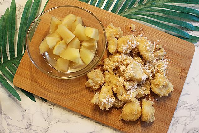 Topfennockerl in Zimt und Brösel gewälzt! Dazu leckeres Apfelkompott