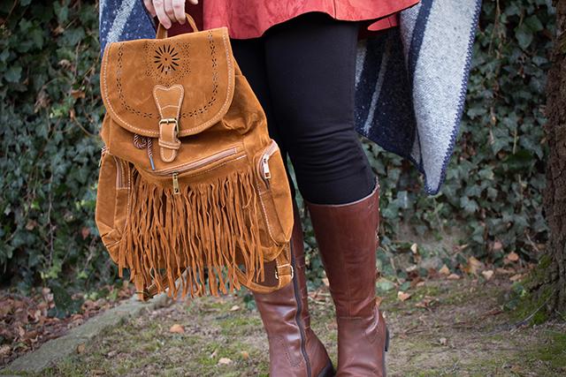 Boots, Leggings und Fransen-Rucksack