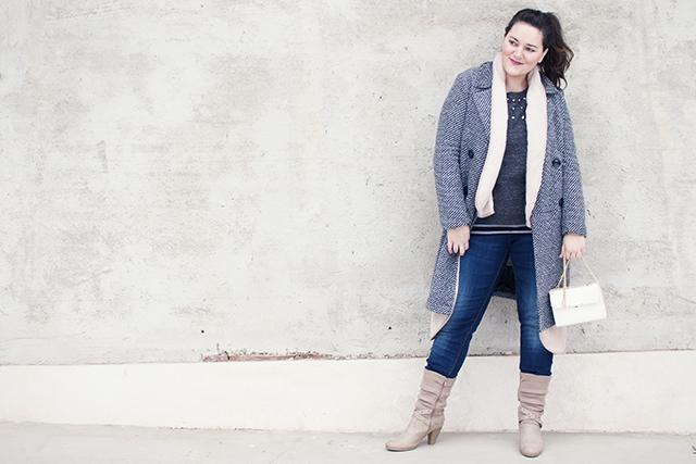 Winter Layering Look mit Trendmantel, Strickpullover und Jeans