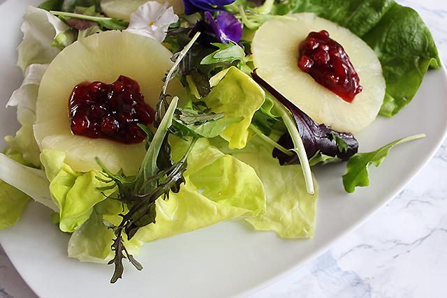 Salat mit Ananas und Preiselbeeren