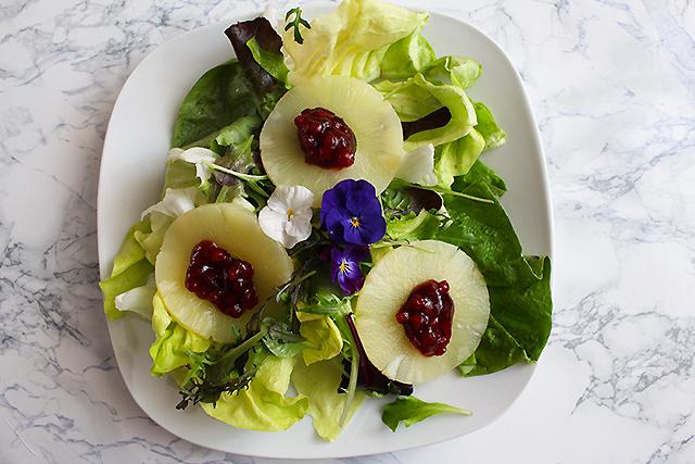 Salat mit Ananasscheiben und Preiselbeeren
