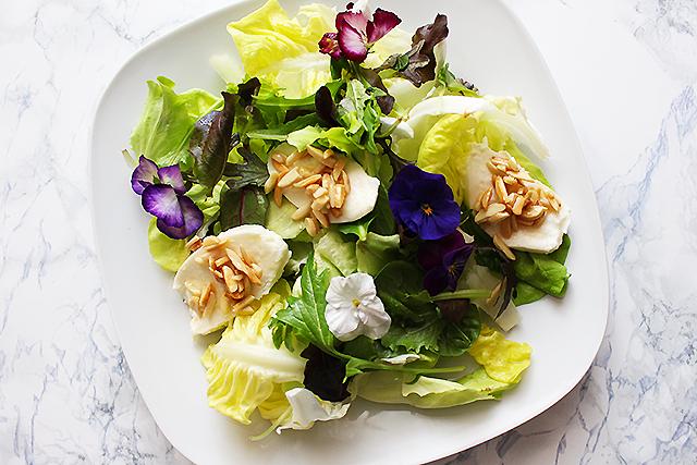 Salat mit Mandeln und Mozzarella
