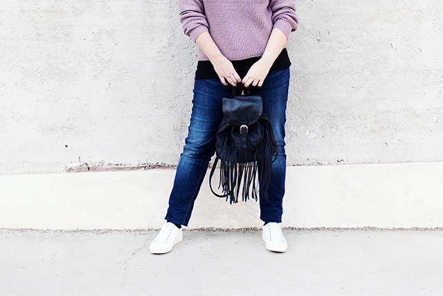 Sneakers, Sweater, Fransenrucksack