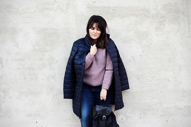 Steppmantel, Sweater und Fransenrucksack