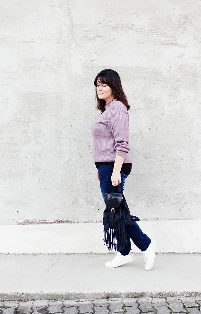 Sweater, Fransenrucksack, Jeans