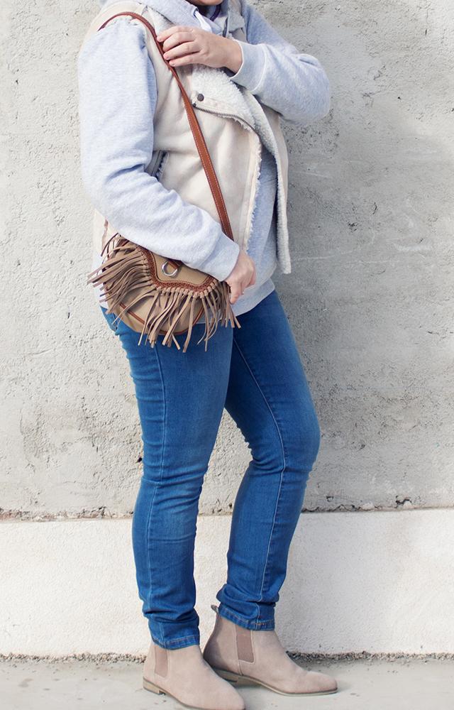 Sweater, Weste und Fransentasche