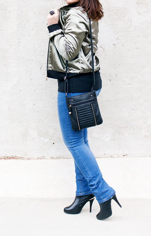 Bomberjacke kombiniert mit Heels, SlimFit Jeans und Crossbody Bag