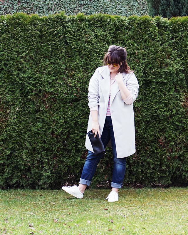 Frühlingslook – Dünner Mantel kombiniert mit weißen Sneakers und Boyfriend Jeans