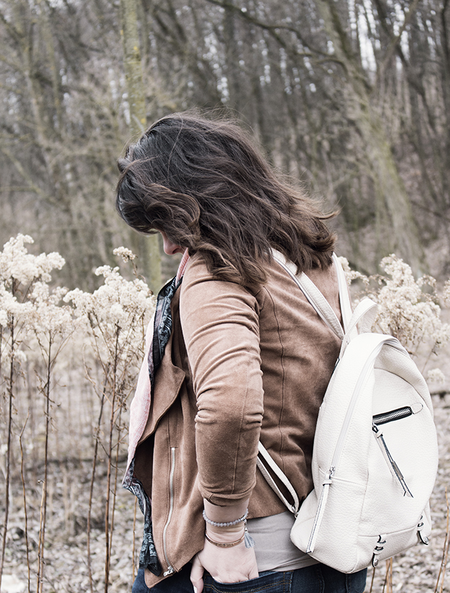 Rucksack und Jacke in Wildlederoptik