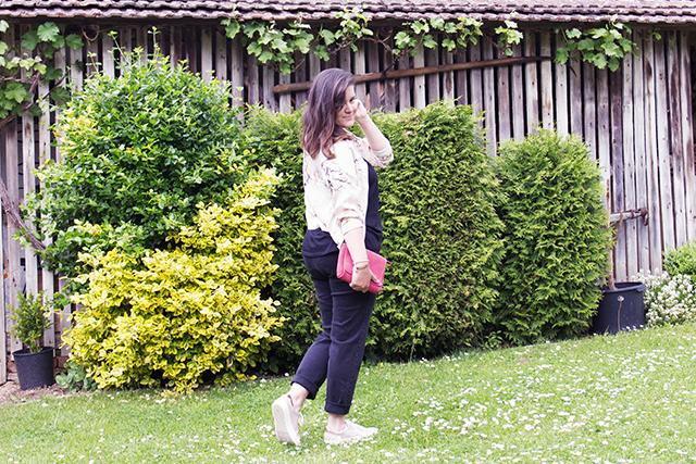 Frühlingshaftes Alltags-Outfit: Blouson, Jeans, Basic Shirt, Sneakers…