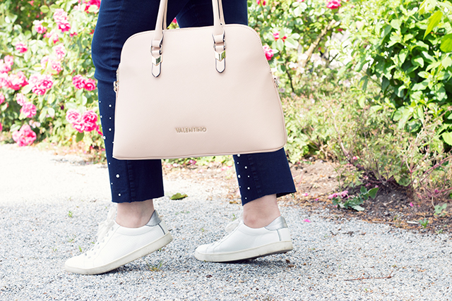Sunrise and Valentino – Sommer Outfit mit Valentino Bag, Perlenjeans und Sneakers