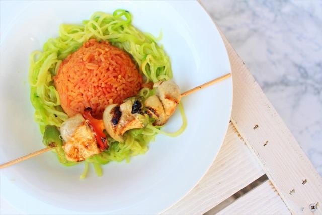 Roter Reis mit Zucchini Nudeln und Putenspieße