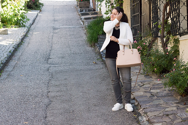 Office Style mit Bequemlichkeit – Sneakers & White Blazer