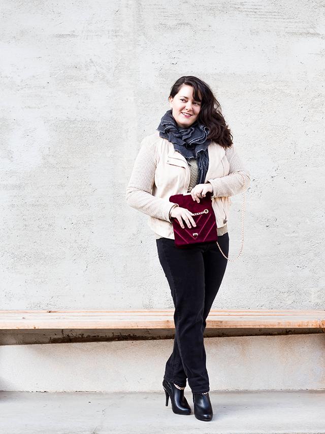 VELVET BORDEAUX – Outfit mit Crossbody Bag aus Samt