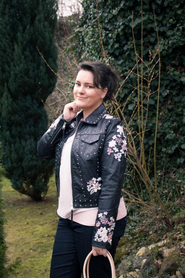 So style ich meine lässige schwarze Lederjacke mit pastelligem Blumen-Print