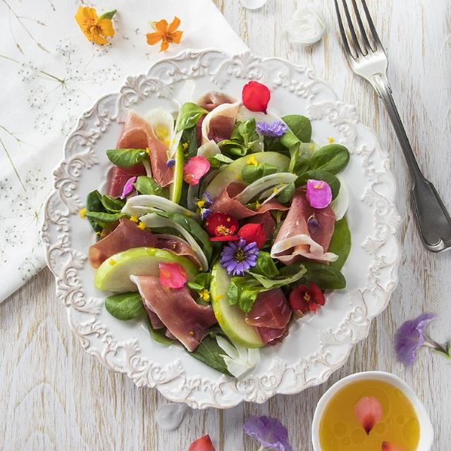 Bunter Salat mit Parmaschinken